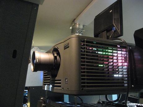 projektor 2K pro projekci digitálních filmů